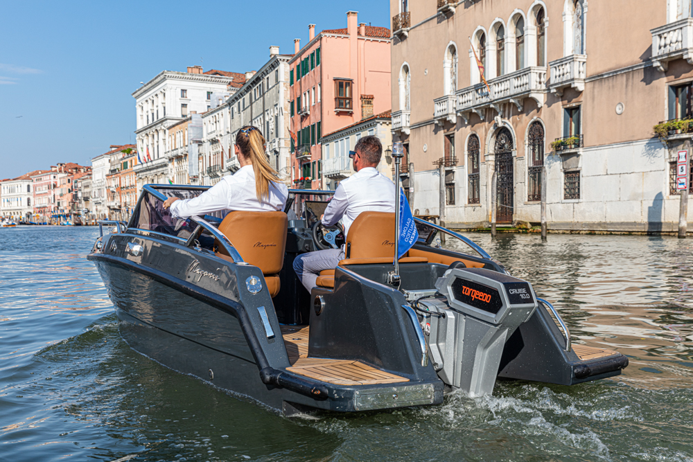 Magonis wave e-550 cruising in silence thanks to it's electric motor