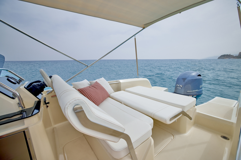 helm station onboard Invictus SX200