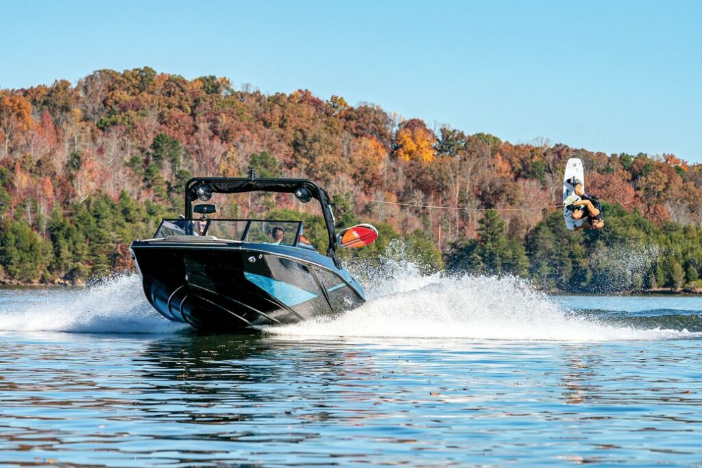 Heyday H22 cruising forwards with wakeboard in tow