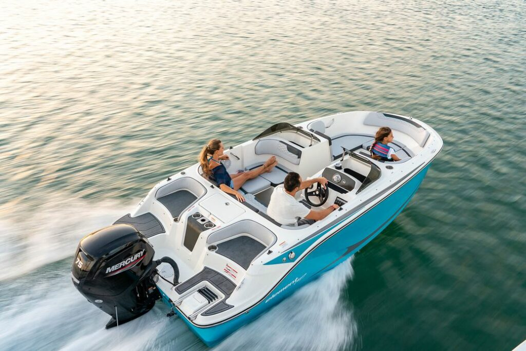 Bayliner Element M17 2022 cruising from above