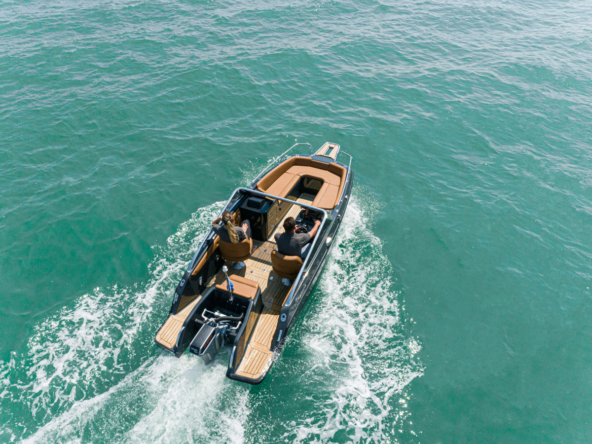 Magonis Wave e-550 cruising from behind