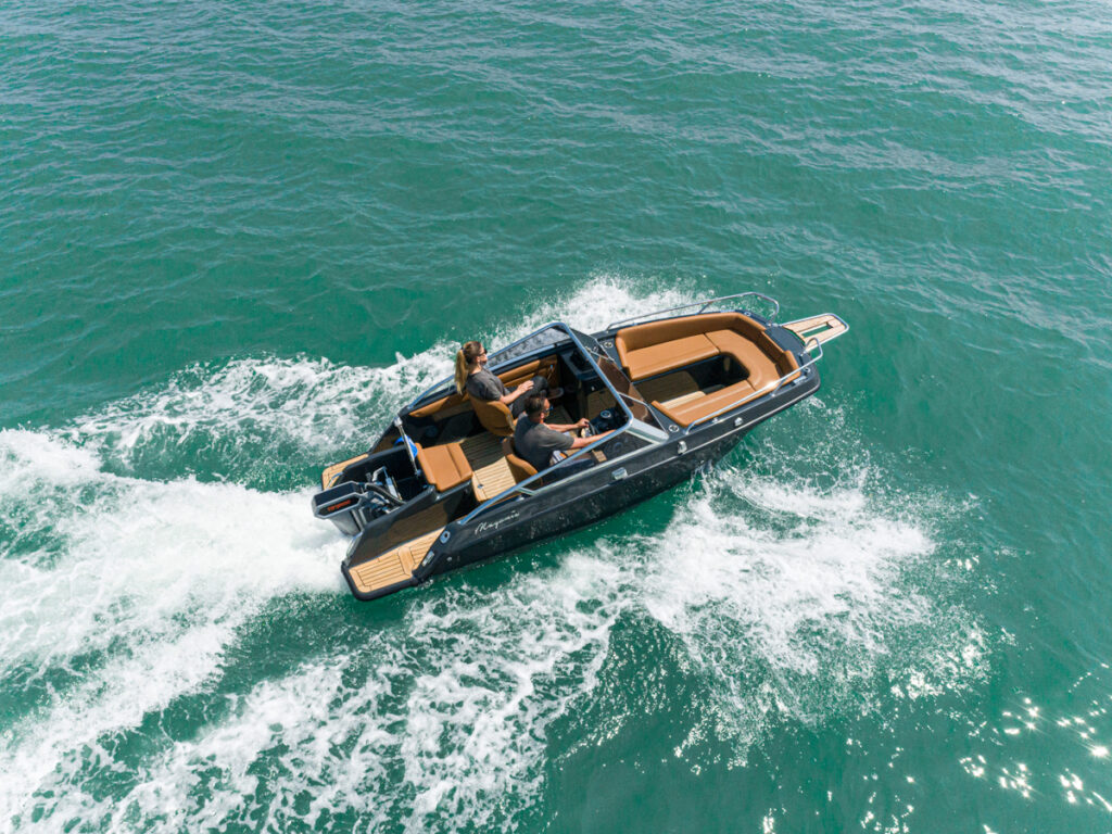 Magonis Wave e-550 cruising side above